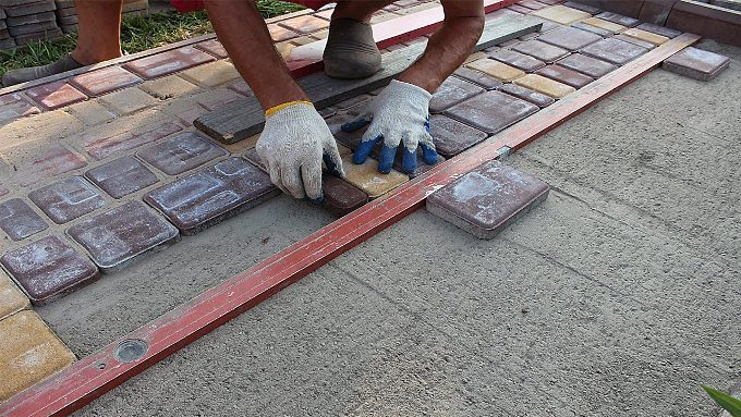 укладывание тротуарной плитки