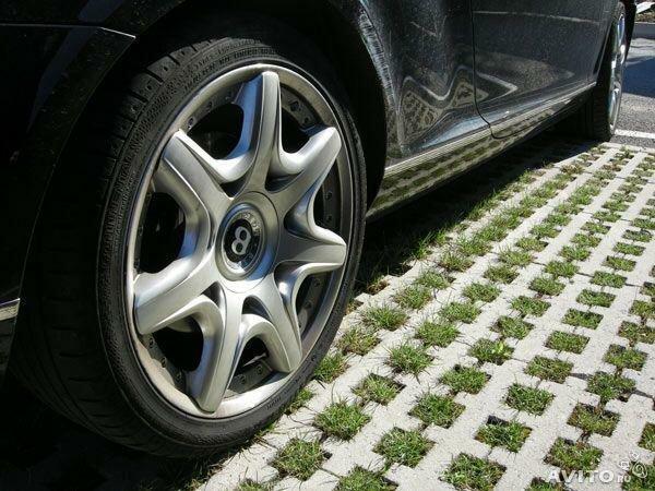 фото парковки с плиткой с отверстиями для травы