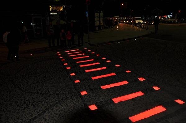 фото тротуарной плитки светящийся в темноте