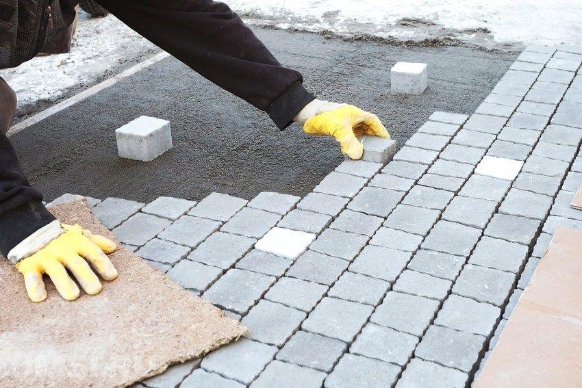 укладка полимерпесчаной плитки на бетонное основание