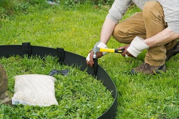пластиковый бордюр кантри на газоне