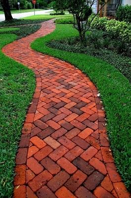 длинная садовая дорожка