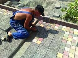 процесс укладки тротуарной плитки на могилу