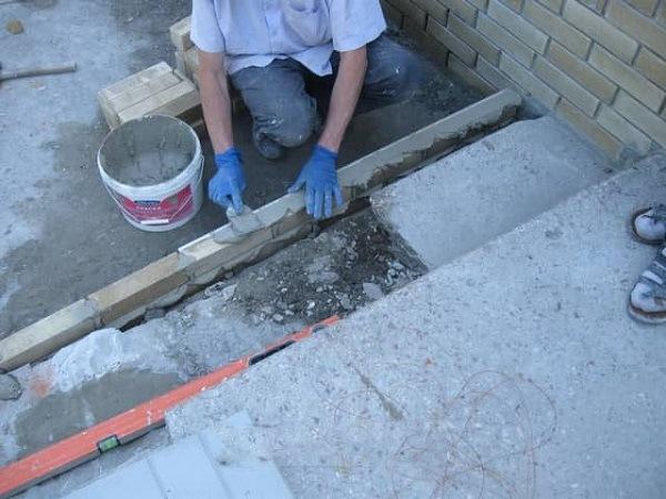 укладка ступени на бетонное основание