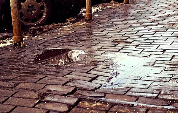 попадание влаги на тротуарную плитку