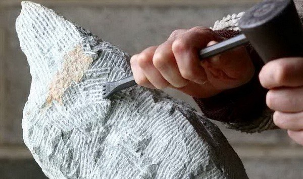 подтеска камня зубилом