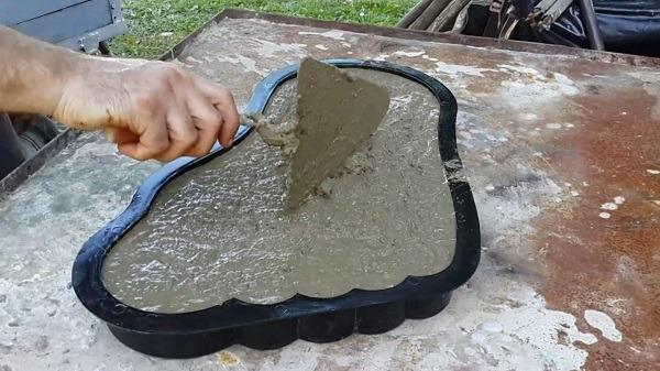 заливка формы бетонным составом
